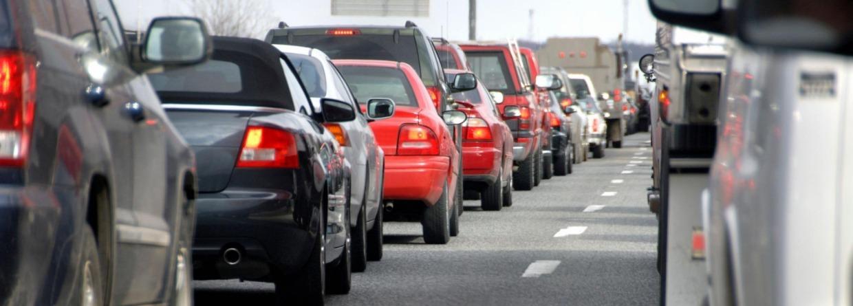 Auto's in de file op de snelweg